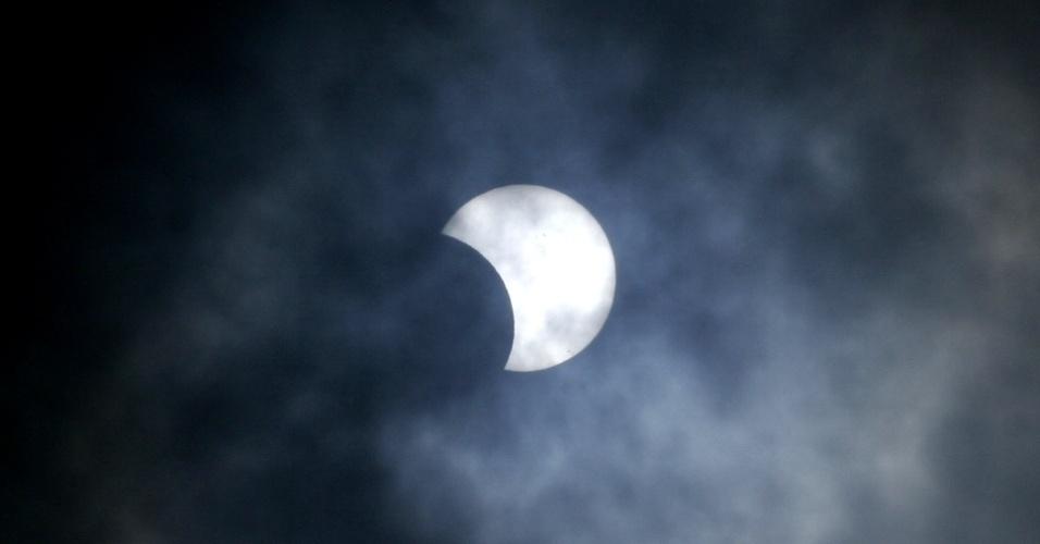 """3.nov.2013 - Um raro eclipse solar pode ser observado no céu da cidade de Natal, no Rio Grande do Norte, neste domingo (3), dia em que ocorre o último eclipse de 2013. Este foi um eclipse solar híbrido, fenômeno que apresenta diferentes """"formas"""" dependendo do ponto de observação na Terra. O horário de observação do eclipse no Brasil varia entre 9h10 e 10h do horário de Brasília"""