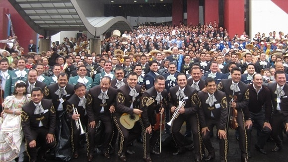 4.nov.2013 - A cidade de Guadalajara, no México, quebrou o recorde de número de mariachis tocando em um único local. Um total de 700 músicos vindos de vários países conseguiram quebrar a marca, tocando a mesma canção por cinco minutos
