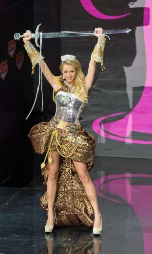 4.nov.2013 - Alexandra Friberg, Miss Suécia, em traje típico do país