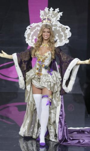 4.nov.2013 - Amy Willerton, Miss Reino Unido, em traje típico do país