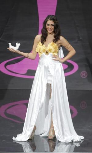 4.nov.2013 - Anastasia Sidiropoulou, Miss Grécia, em traje típico do país