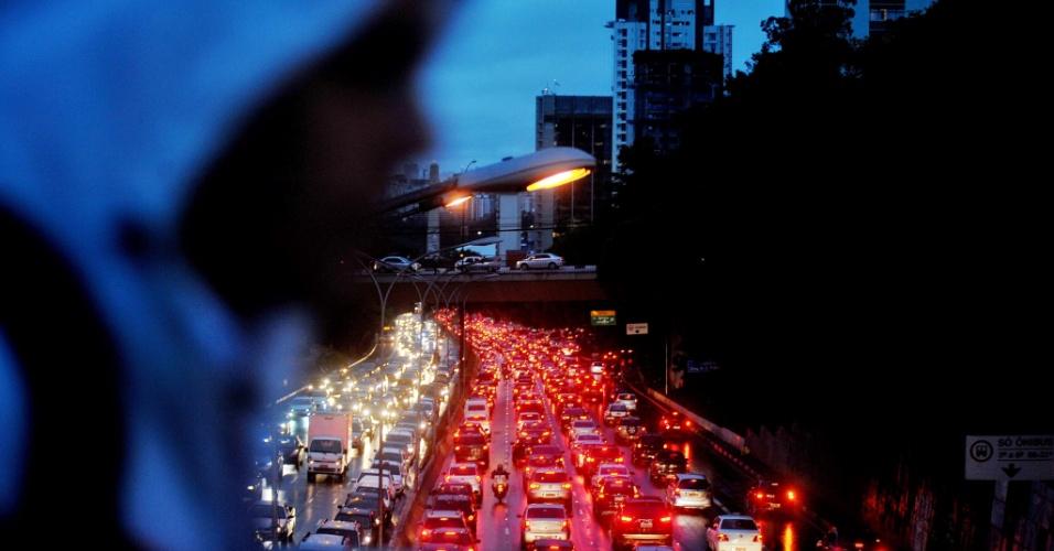 4.nov.2013 - Avenida Vinte e três de Maio tem trânsito intenso nos dois sentidos. A chuva que atinge a capital paulista desde a manhã desta segunda-feira (4) piora as condições do trânsito na cidade
