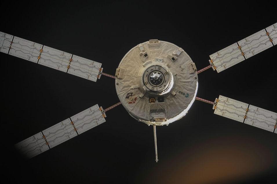 2.nov.2013 - Cargueiro ATV 4, batizado de Albert Einstein, se desintegrou sobre uma região desabitada do Pacífico Sul durante a reentrada na atmosfera terrestre, diz a Agência Espacial Europeia (ESA, na sigla em inglês). O equipamento deixou a Estação Espacial Internacional (ISS, na sigla em inglês) no dia 28 de outubro (foto) após levar 7 toneladas de suprimentos para os astronautas