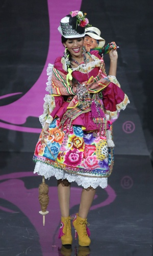 4.nov.2013 - Cindy Mejia, Miss Peru, em traje típico do país