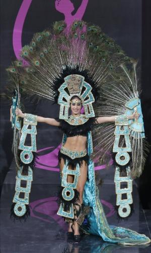 4.nov.2013 - Diana Schoutsen, Miss Honduras, em traje típico do país