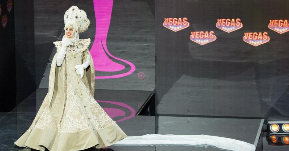 4.nov.2013 - Elmira Abdrazakova, Miss Rússia, em traje típico do país