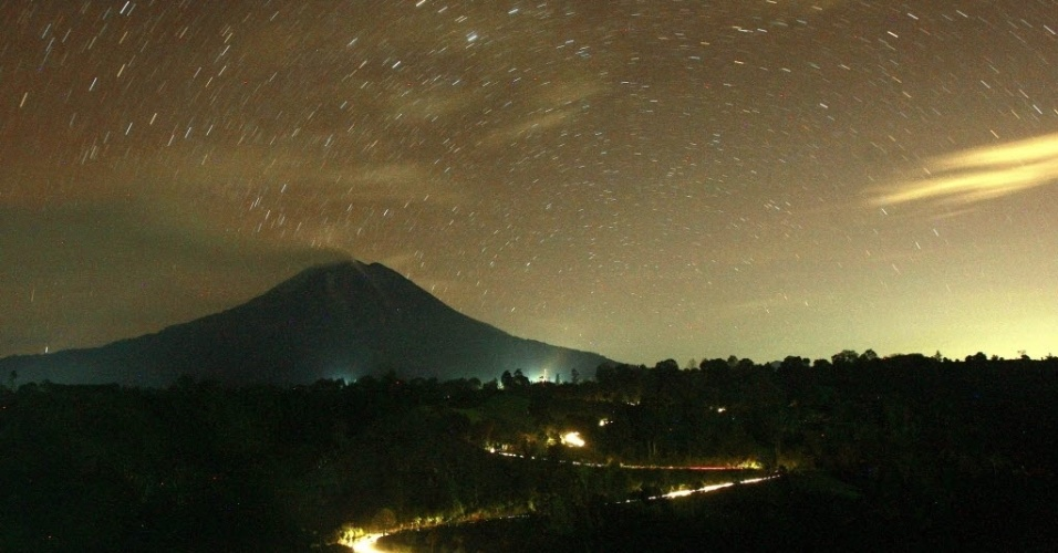 4.nov.2013 - Fotografia de exposição prolongada mostra o monte Sinagung lançando cinzas vulcânicas nesta segunda-feira (4), na localidade do Karo, na Indonésia. Cerca de 1.600 pessoas tiveram que sair de suas casas depois que o vulcão entrou em erupção