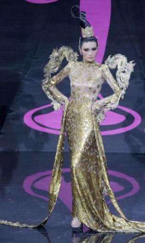 4.nov.2013 -  Jin Ye, Miss China, em traje típico do país