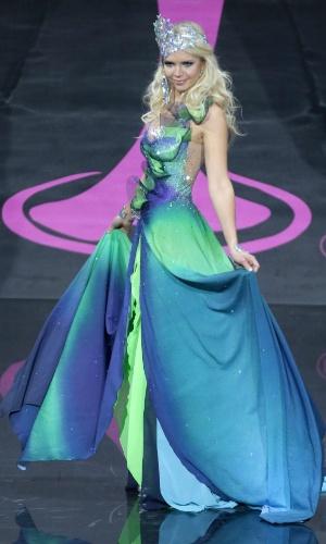 4.nov.2013 - Lotta Hintsa, Miss Finlândia, em traje típico do país