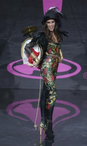 4.nov.2013 - Maria-Jesus Matthei, Miss Chile, em traje típico do país