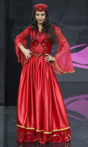 4.nov.2013 - Miss Azerbaijão se apresenta com trajes típicos em Moscou, no último domingo (3).