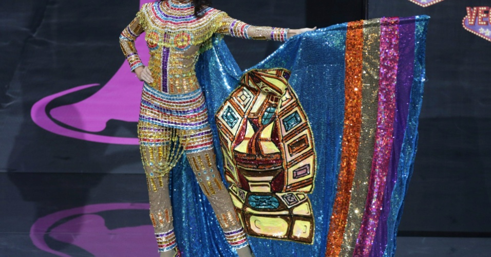 4.nov.2013 - Miss Bolívia se apresenta com trajes típicos em Moscou, no último domingo (3).