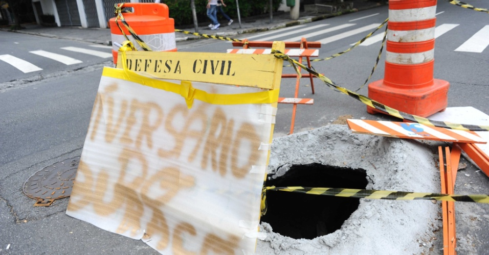 4.nov.2013 - Moradores do Jardim Paulista, bairro da capital paulista, colocaram cartaz diante de um buraco na rua
