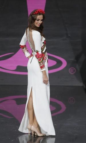 4.nov.2013 - Paulina Krupinska, Miss Polônia, em traje típico do país
