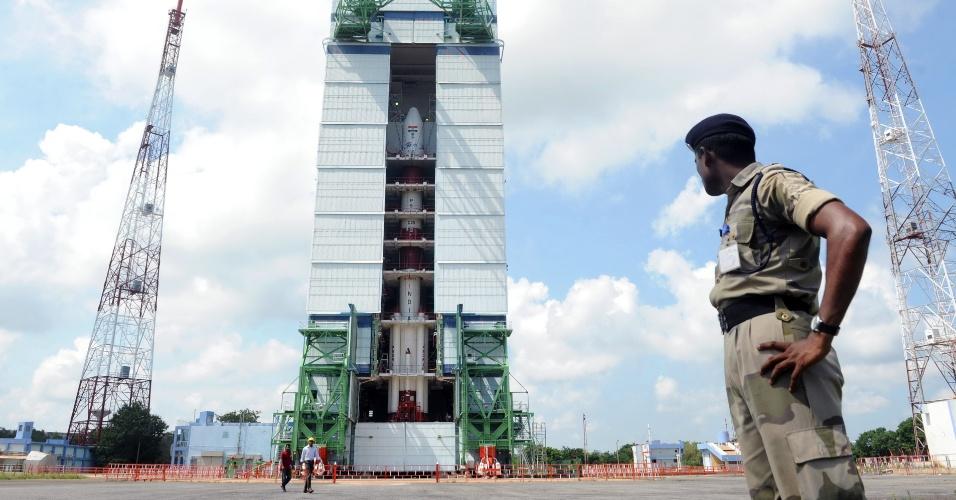 4.nov.2013 - Policial vigia base de lançamento em Sriharikota, na baía de Bengala, na Índia, onde está posicionado o foguete PSLV-C25, que carrega o satélite Mars Orbiter. A Organização Indiana de Pesquisa Espacial pretende ser o primeiro país asiático a explorar Marte com a sonda desenvolvida em poucos meses e com baixo orçamento - ela tem captadores para medir a presença de metano na atmosfera do planeta vermelho, o que reforçaria a hipótese de uma forma primitiva de vida fora da Terra