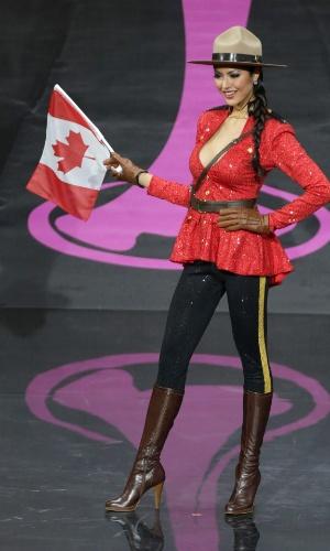 4.nov.2013 -  Riza Santos, Miss Canadá, em traje típico