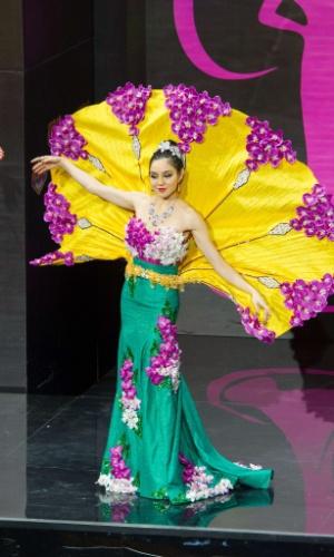 4.nov.2013 - Shi Lim, Miss Cingapura, em traje típico do país