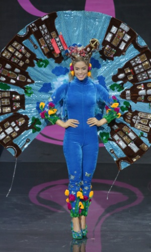 4.nov.2013 - Stephanie Tency, Miss Holanda, em traje típico do país