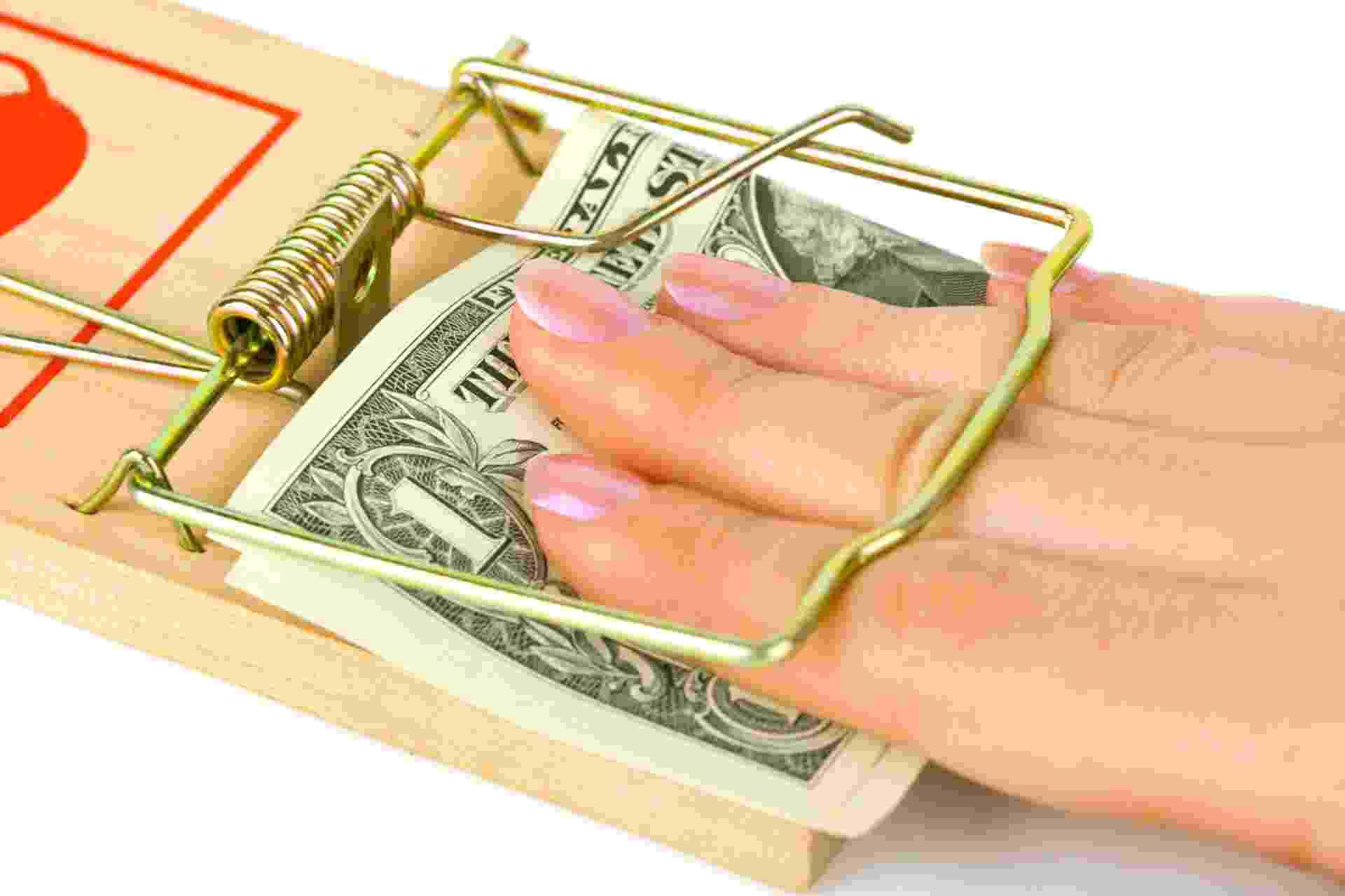 Armadilha, dinheiro, dívida, mão presa em armadilha para ratos - Getty Images/iStockphoto