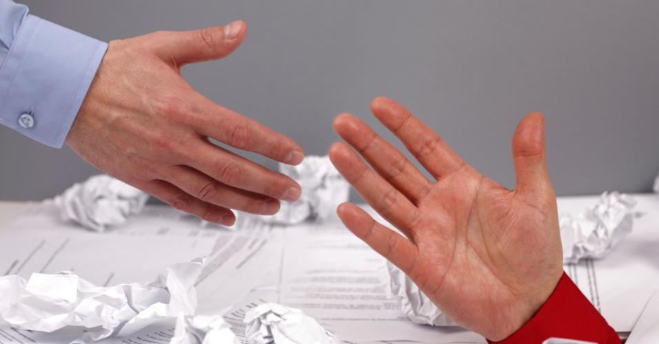 Homem pede ajuda a outro; afogado em dívidas, ajuda, endividamento, afogado em contas, mãos, estender a mão, homem estende a mão