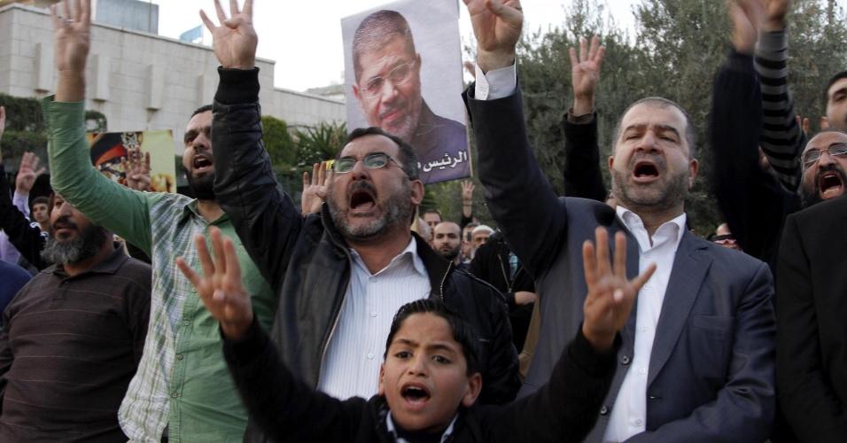 4.nov.2013 - Apoiadores do presidente deposto do Egito, Mohamed Mursi, protestam em frente à embaixada do Egito em Amã, na Jordânia, em 4 de novembro, primeiro dia do julgamento de Mursi, que foi acusado de incitação à violência. O julgamento foi adiado para o dia 8 de janeiro de 2014