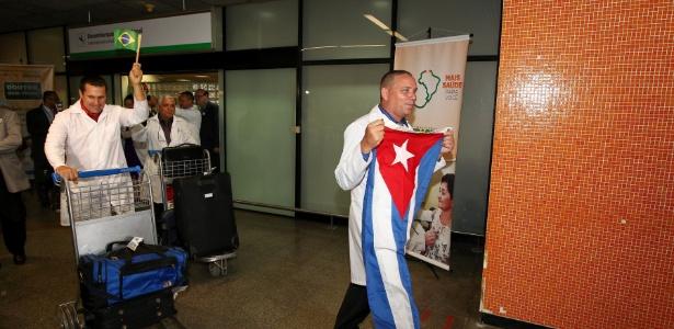 4.nov.2013 - Médicos cubanos desembarcam no aeroporto internacional de Brasília para atuar no programa
