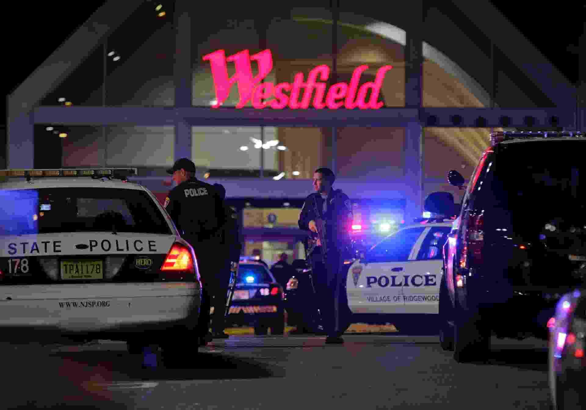 4.nov.2013 - Policiais cercam o shopping center Westfield Garden State Plaza Mall, em Paramus, no Estado norte-americano de Nova Jersey, em busca de atirador que entrou no local com um rifle e abriu fogo - Ray Stubblebine/Reuters