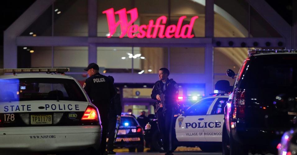 4.nov.2013 - Policiais cercam o shopping center Westfield Garden State Plaza Mall, em Paramus, no Estado norte-americano de Nova Jersey, em busca de atirador que entrou no local com um rifle e abriu fogo