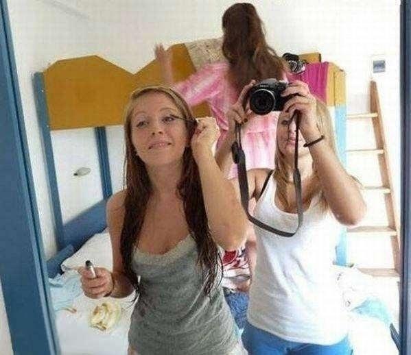 5.nov.2013 - A menina que está atrás na foto não está sem as roupas de baixo