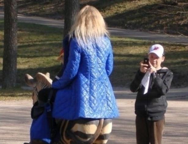 5.nov.2013 - A mulher não tem pernas de zebra, ela só está montada em uma