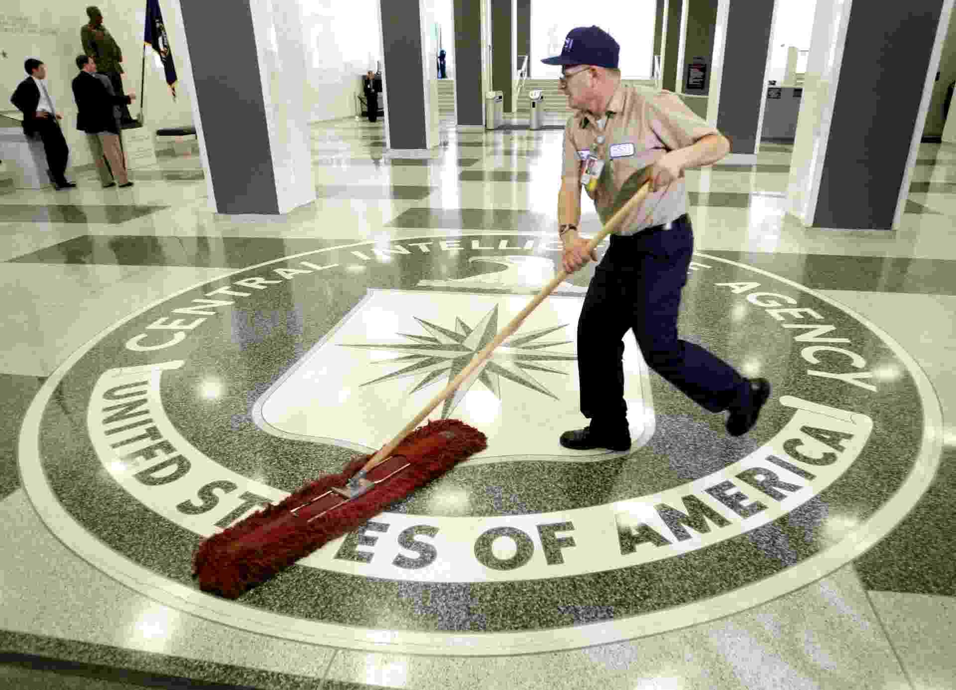 5.nov.2013 - Faxineiro limpa logo da CIA no hall de entrada da agência de inteligência em Langley, na Vírginia - Reuters