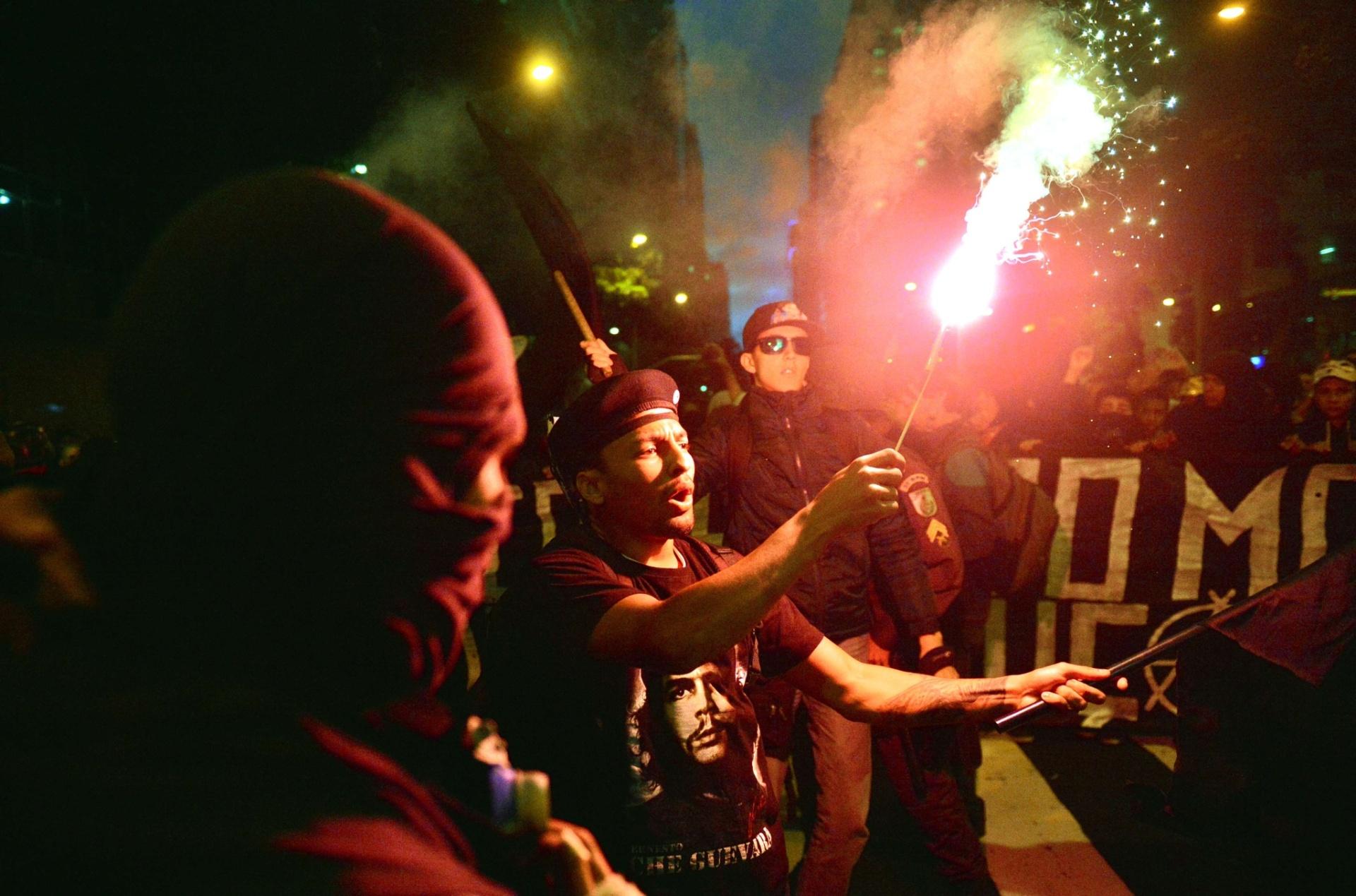 5.nov.2013 - Manifestantes participam de mobilização pelo Dia Mundial de Guy Fawkes, no Rio de Janeiro, nesta terça-feira (5). A manifestação foi convocada pelos grupos Anonymous e Black Bloc através das redes sociais, que nomearam o movimento como Dia Mundial da Resistência e Rebelião Popular. Guy Fawkes e outros revolucionários católicos foram condenados à morte após uma tentativa fracassada, em 5 de novembro de 1605, de explodir Parlamento inglês e tomar o poder na Inglaterra