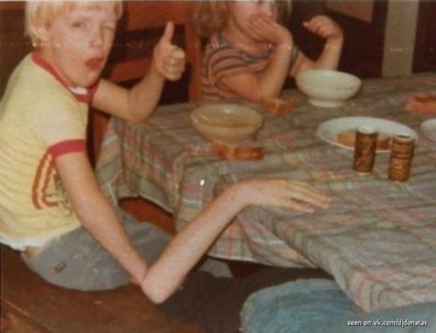 5.nov.2013 - O menino loirinho da foto não tem o braço estranho