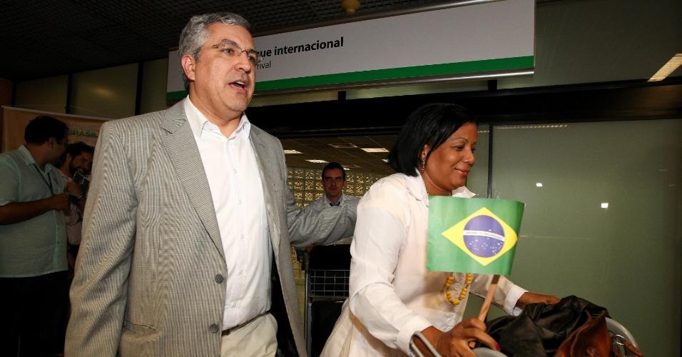 5.nov.2013 - O ministro da Saúde, Alexandre Padilha, recepciona médicos cubanos no aeroporto de Brasília