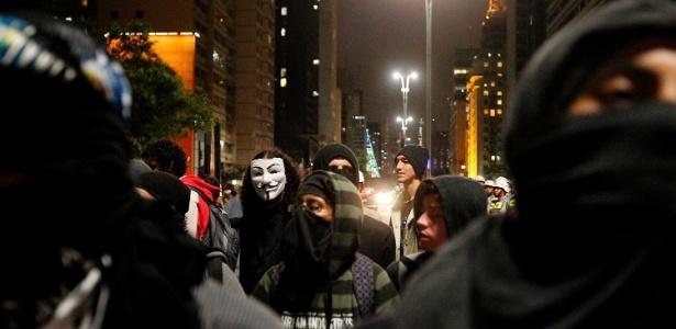"""Pessoas vestidas como """"black blocs"""" participam de mobilização pelo Dia Mundial de Guy Fawkes, na avenida Paulista, no último dia 5 - Reinaldo Canato - 5.nov.2013/UOL"""
