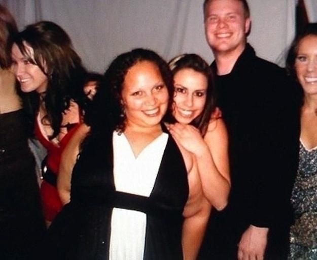 5.nov.2013 - Pode parecer, mas a garota que abraça a amiga por trás não está pelada. Esse é apenas o braço da moça