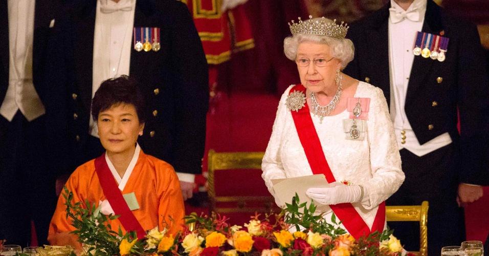 5.nov.2013 - Rainha Elizabeth faz discurso em banquete de Estado para a presidente da Coreia do Sul, Park Geun-hye, no Palácio de Buckingham, em Londres. Park está em uma visita oficial de três dias à Grã-Bretanha