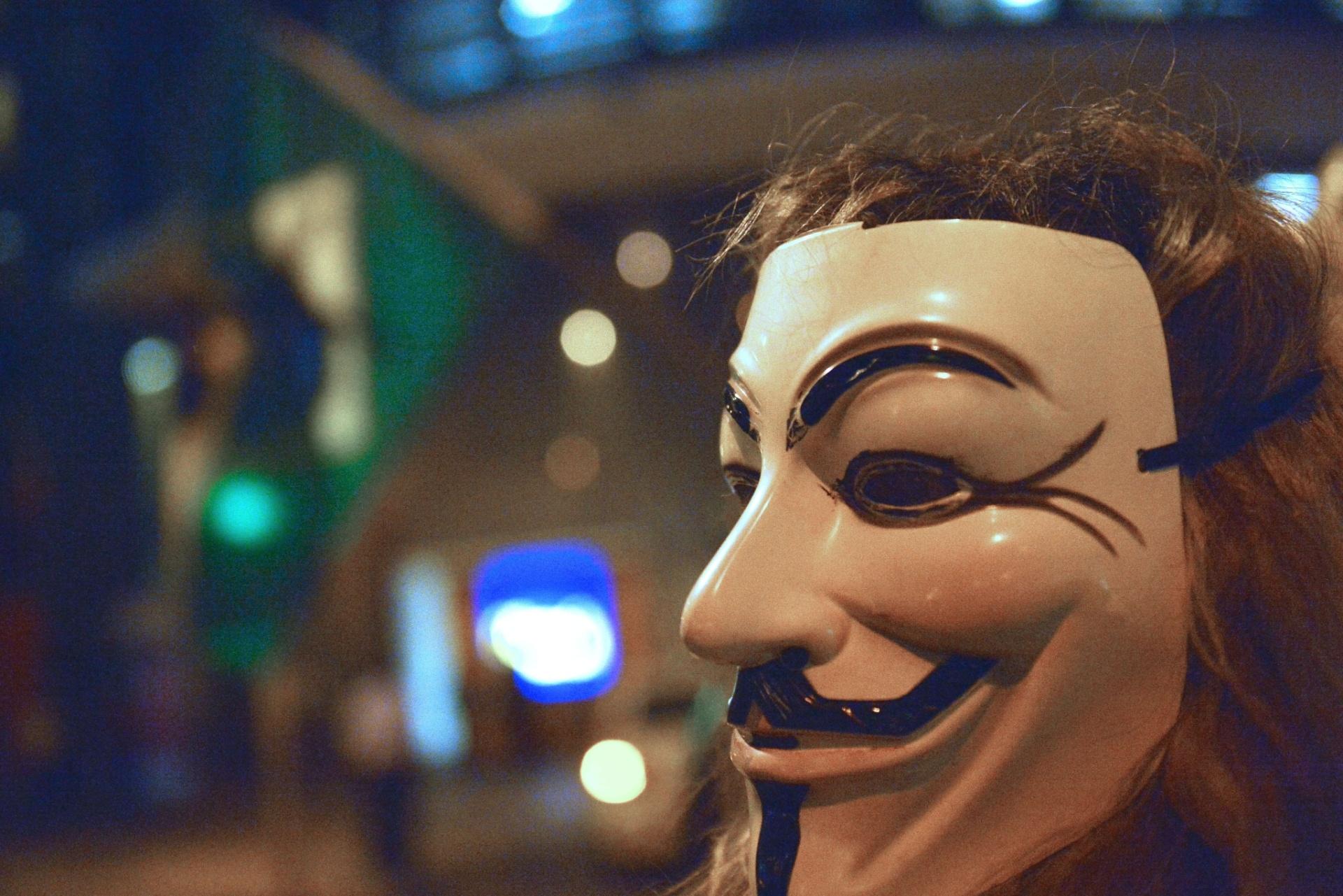 5.nov.2013 - Um manifestante usa máscara de Guy Fawkes durante protesto pelo Dia Mundial de Guy Fawkes, no Rio de Janeiro, nesta terça-feira (5). A manifestação foi convocada pelos grupos Anonymous e Black Bloc através das redes sociais, que nomearam o movimento como Dia Mundial da Resistência e Rebelião Popular. Guy Fawkes e outros revolucionários católicos foram condenados à morte após uma tentativa fracassada, em 5 de novembro de 1605, de explodir Parlamento inglês e tomar o poder na Inglaterra