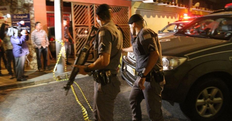 5.nov.2013 - Uma tentativa de assalto a uma residência terminou com um assaltante morto e outro detido na rua Ana Rita de Freitas, próximo à avenida Jacu-Pêssego, na zona leste de São Paulo, na madrugada desta terça-feira (5)