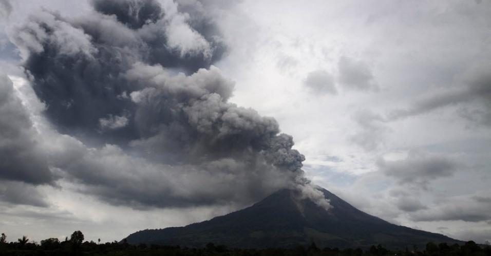 5.nov.2013 - Vulcão Monte Sinabung lança coluna de fumaça no céu da vila de Mardingding, na ilha de Sumatra, na Indonésia, nesta terça-feira (5). O vulcão chegou a produzir uma coluna de cinzas de sete quilômetros, obrigando as autoridades a evacuarem a região ao seu redor
