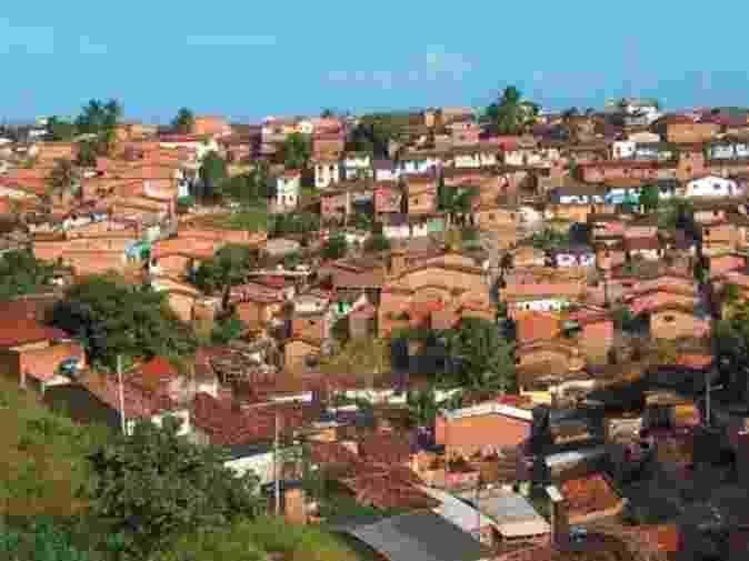 Maceió (AL): aglomerado subnormal Vila Feitosa com predomínio de construções de um pavimento e sem espaçamento entre si. Segundo a pesquisa do IBGE, em termos nacionais, a grande maioria dos domicílios em aglomerados subnormais do país apresentou predominância de nenhum espaçamento entre as construções (72,6%) e de verticalização de um pavimento (64,6%). Nas regiões metropolitanas de Natal e Maceió, esse foi o padrão predominante em mais de 90% dos domicílios pesquisados - IBGE/Divulgação