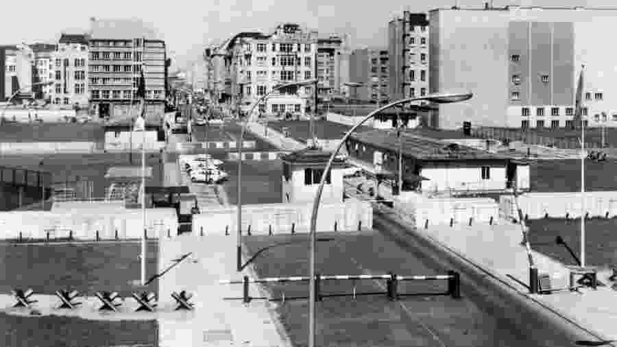 Checkpoint Charlie em 1965; o local era um ponto de passagem entre a Berlin Oriental e Ocidental - AFP