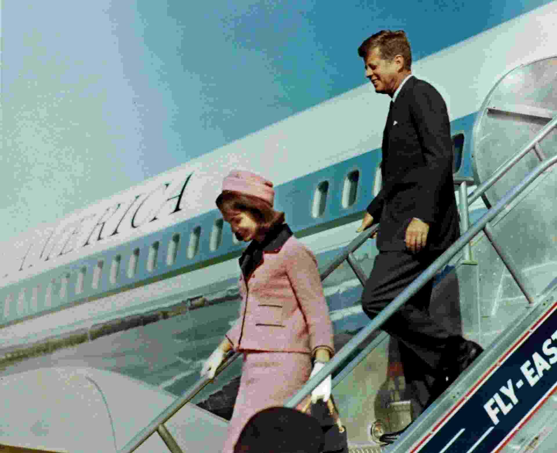 John F. Kennedy, então presidente dos EUA, e sua mulher, Jacqueline Kennedy, desembarcam em aeroporto de Dallas, no Texas (EUA), no dia 22 de novembro de 1963. A foto foi tirada cerca de uma hora antes do assassinato de Kennedy - Reuters