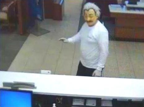 2.nov.2013 - Um homem usando máscara de Albert Einstein roubou um banco na Flórida, EUA, na tarde de sábado. O suspeito deixou o banco Wells Fargo com uma quantia indeterminada de dinheiro e despistou um cliente que tentou segui-lo. O suspeito aparentava não portar arma e também não ameaçou os funcionários do banco