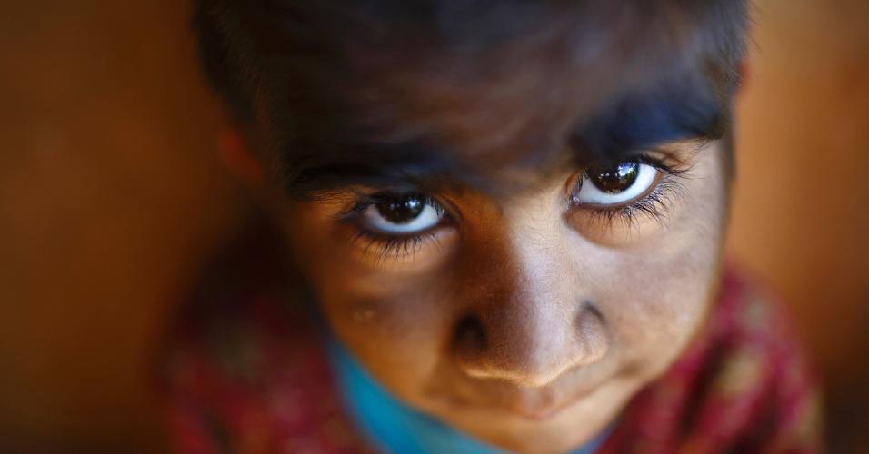 """6.nov.2013 - A menina Mandira Budhathoki, 7, brinca no quintal de sua casa em Kharay, a 190 km de Katmandu, no Nepal. Assim como sua mãe e seus irmãos, ela sofre de Hypertrichosis Lanuginosa, uma doença rara que causa crescimento excessivo de pelos no corpo, também conhecida como """"síndrome de lobisomem"""""""