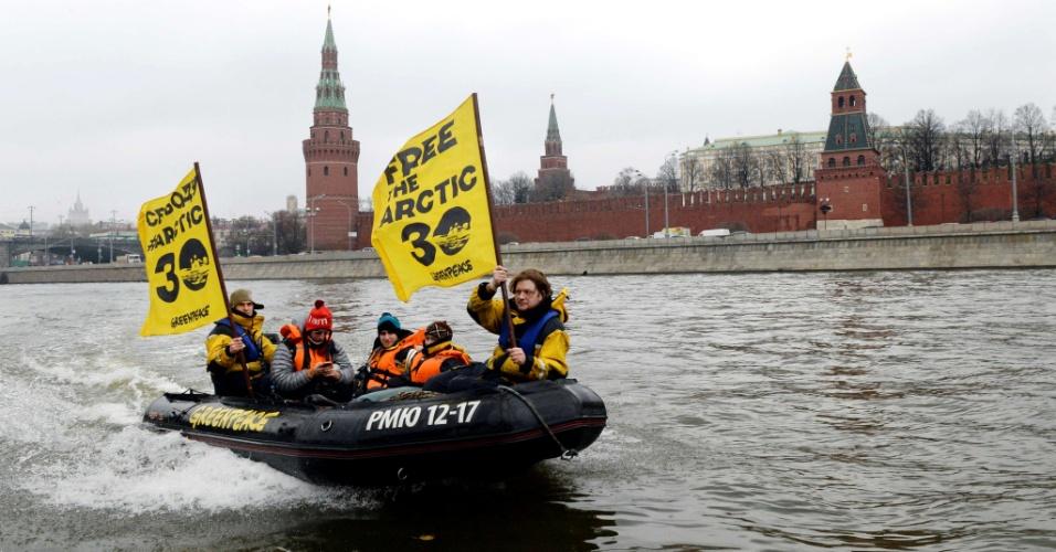 6.nov.2013 - Ativistas do Greenpeace navegam nesta quarta-feira (6) pelo rio Moscou, diante do Kremlin - sede do governo russo - levando bandeiras pedindo a libertação dos 30 ativistas presos em uma ação contra a exploração de petróleo no Ártico. Entre os 30 está a brasileira Ana Paula Maciel. Na bandeira, em inglês, está escrito