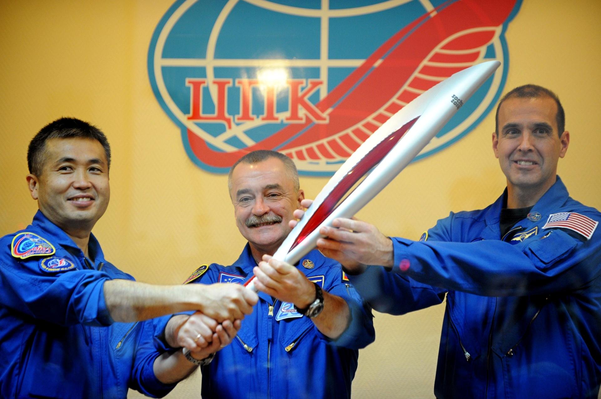 6.nov.2013 - Os novos tripulantes da Estação Espacial Internacional (ISS), o japonês Koichi Wakata, o russo Mikhail Tyurin, e norte-americano Rick Mastracchio posam com a tocha das olimpíadas de inverno de 2014, que será realizada em Sochi (Rússia) em fevereiro deste ano, no centro espacial de Baikonur, no Cazaquistão. A nave Soyuz levará a bordo, além da tripulação, a tocha apagada. Ela está programada para retornar à Terra em 11 de novembro