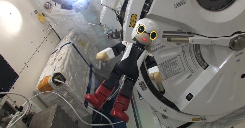 6.nov.2013 - Robô japonês falante Kirobo, que chegou na Estação Espacial Internacional junto com cargas em agosto, espera o astronauta japonês Koichi Wakata, que vai para a ISS na quinta-feira (7), para conversar. Ele é testado para fazer companhia a pessoas em isolamento