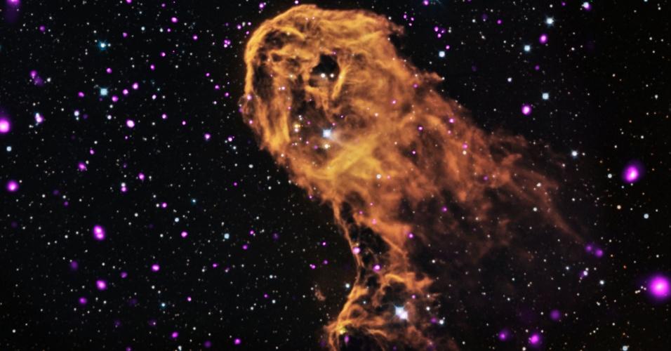 6.nov.2013- Astrônomos acreditam que quando a radiação e vendos de uma estrela jovem e massiva se chocam com nuvens de gás gelado, o impacto leva à formação de novas estrelas. Isto é o que pode estar acontecendo nesta nebulosa, a Nebulosa Tromba do Elefante ou IC 1396A, vista em nova imagem em raio-x do Observatório Chandra (em roxo), em luz visível (em vermelho, verde e azul) e infravermelha (em laranja e cyan)