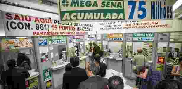 Pessoas fazem fila em lotérica da rua Boa Vista, no centro de São Paulo (SP), para apostar na Mega-Sena, que estava acumulada - Eduardo Anizelli/Folhapress